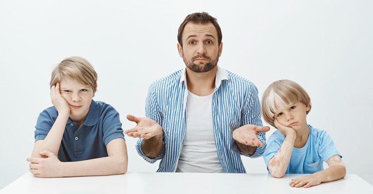Pare amb fills avorrits